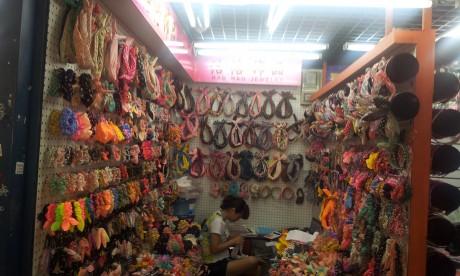סחורה סינית בדוכן