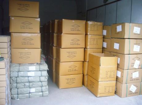 ארגזים ובתוכם מוצרים סיניים מוכנים ליצוא